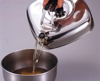 キューブケトル 四角くコンパクトな やかんです。麦茶もそのまま冷蔵庫に収納OK