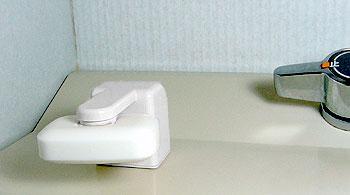 マグネット石けんホルダー 石鹸にキャップを付けて磁石の力で保持する石鹸ホルダーです。