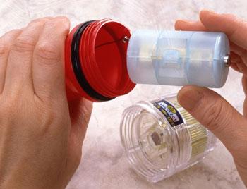 単3形乾電池が単1形乾電池、単2形乾電池として使える電池アダプターです。