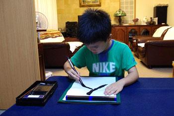 習字の友 半紙用 写し書き練習をしても手本が汚れない 書道用ネット付きの下敷きです。