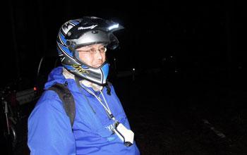 1LED帽子ライトをヘルメットのバイザーに付けてみた。