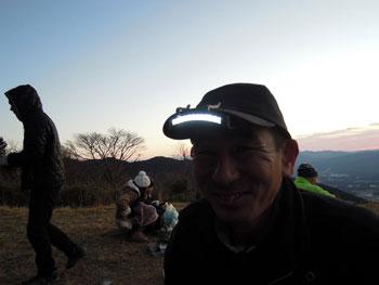 11LED帽子ライト 愛用の帽子に付けられるから 夜明け前の登山に便利です。
